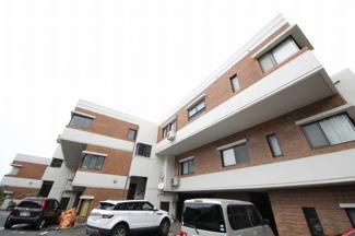 高台に建つ3階建てマンションの最上階 駐車場1台無料です【西高宮小 徒歩9分】