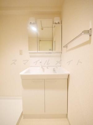 朝の身支度に便利なシャンプードレッサー・三面鏡です。
