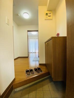 玄関から室内への景観です!キッチンと洋室の間には扉があるので、お料理の匂いがお部屋にこもりにくいですね♪