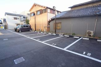 敷地内駐車場、現況空きあります(駐車料金、6000~16000円/月額)