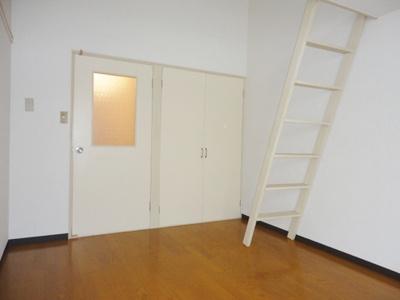ロフトスペースとクローゼットのある洋室6帖のお部屋です!お洋服や荷物の多い方もお部屋が片付いて快適に過ごせますね♪
