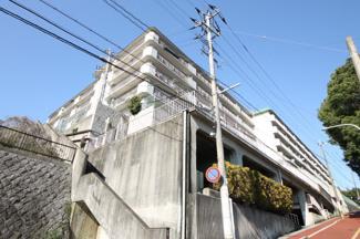 長丘小学校、中学校から坂を5分ほどのぼった高台のマンション、4階南向きのお部屋です 【駐車場空き有】