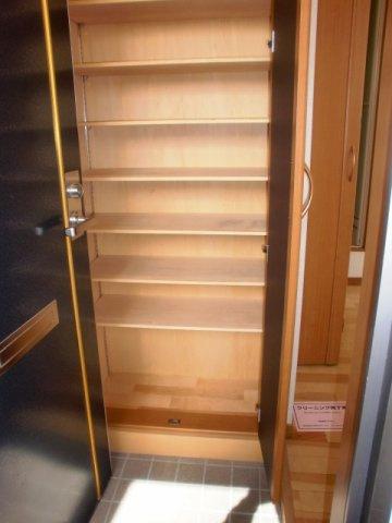 下駄箱も充分なスペースがあり、玄関回りもスッキリと使えます。