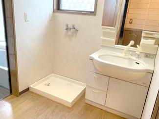 3面鏡付き洗面化粧台・室内洗濯機置き場