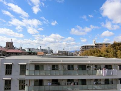 【現地写真】 周辺高い建物ございませんので眺望を楽しんでいただけます♪