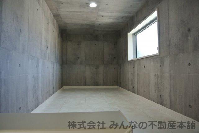 2Fの廊下にある扉を開けると階段があり、ロフトへと。収納自慢の家です