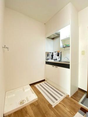 キッチンスペースにある室内洗濯機置き場です♪室内に置けるので洗濯機が傷みにくい☆※参考写真※