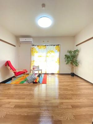 バルコニーに繋がる南向き洋室7帖のお部屋です!エアコン付きで1年中快適に過ごせますね☆※参考写真※