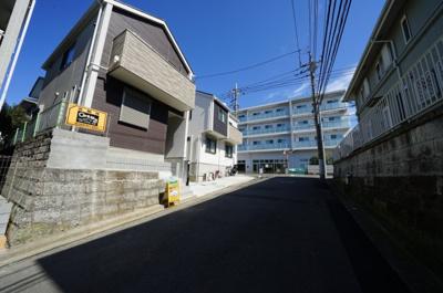 【前面道路含む現地写真】教育環境が整い、横浜駅・都心へアクセス良好!リビング18帖の3LDK♪保土ヶ谷区常盤台 全2棟新築戸建て