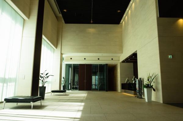 【エントランスホール】開放的ながらシックなデザインで豪華なエントランスホールです。