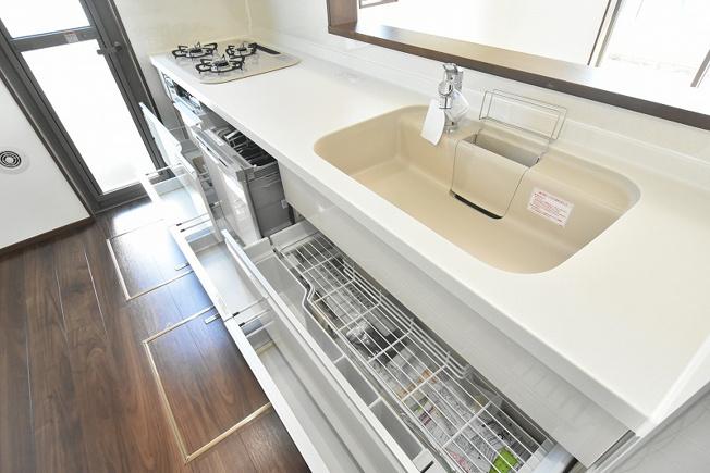 キッチンシンク下の収納スペースはアシストポケット・シェルフ付で便利です♪