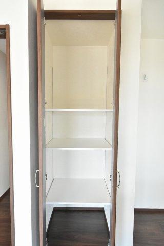 キッチン横の食品庫は、高さの変えられる可動棚付きで便利だと好評です♪