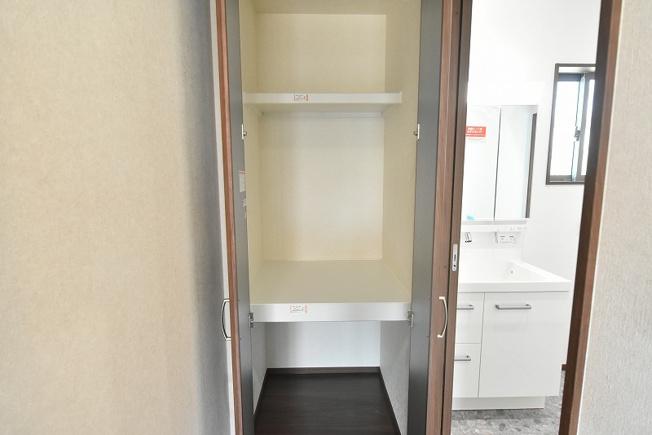 洗面所横の収納庫も便利です♪