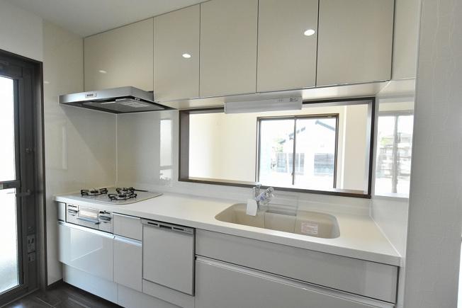 LIXILのシステムキッチン。食器洗浄乾燥機付、人造大理石シンク、浄水器付シャワー水栓など嬉しい設備と収納が満載♪