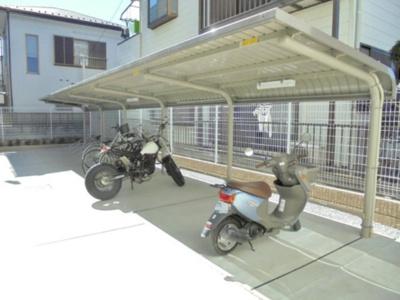 敷地内に屋根付きのバイク置き場を完備しています!バイクをお持ちの方にオススメです♪