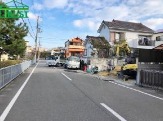 前面道路の幅員もゆったりで駐車がらくらく。
