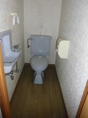 洋式トイレです。手もその場で洗えます。