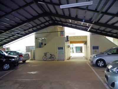 屋根付き駐車場です。