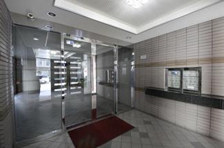 オートロックや宅配ボックスなど、共用設備が充実していて、管理も行き届いたマンションです
