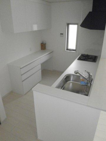 キッチンの背面にはカウンターと収納が付いてます!