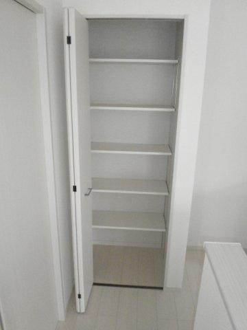 パントリーとしても使用できるスペースがキッチン横にあります!