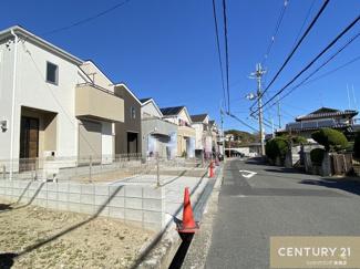 前面道路幅員約6m(公道) 南向きの陽当りの良いお家です。 手前から1号棟・2号棟・3号棟。 ※1号棟は販売終了