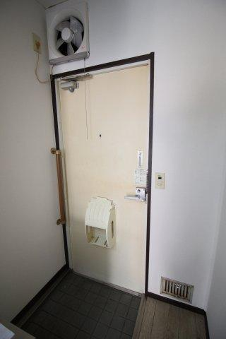 玄関に手すりがあります