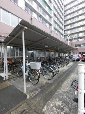 駐輪場です。 屋根付きで雨が降っても安心です。