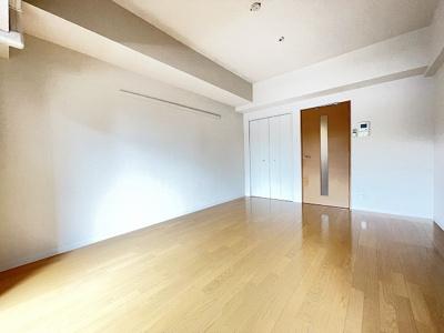 クローゼットのある南西向き洋室8.9帖のお部屋です!お洋服の多い方もお部屋が片付いて快適に過ごせますね♪