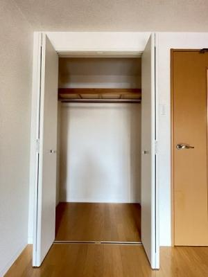 洋室8.9帖のお部屋にあるクローゼットです♪大切なお洋服もしわにならないようにハンガーがけができます☆