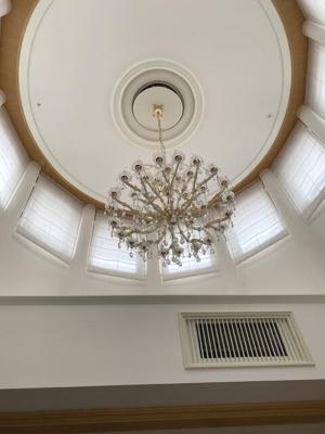 天井が高く、シャンデリア付き