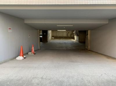 地下に駐車場があります。