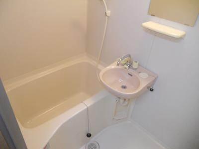 浴室には鏡も付いてます。