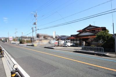県道558号から外観、建物は複数あります。