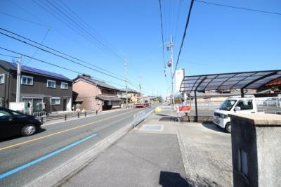 敷地前の道路と歩道付近
