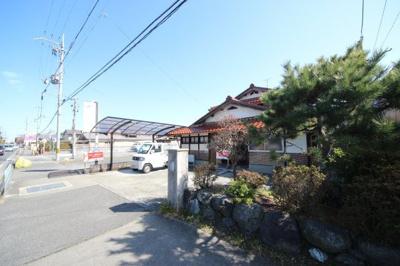 県道から見た昭和43年築の建物外観