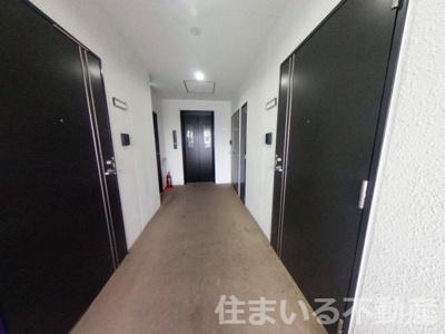 マンション共用部分の廊下です