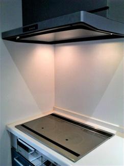 掃除がしやすいIHコンロ。 あると嬉しい食洗器とパントリー(食品庫)、勝手口付きのキッチンです。