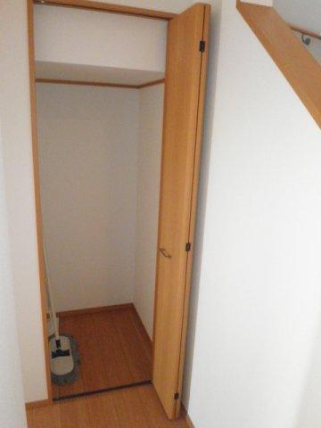 階段下を利用した収納庫!