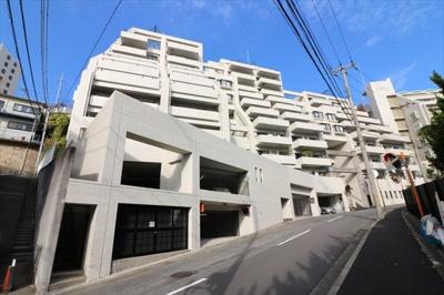阪急六甲駅より徒歩12分 緑豊かな住宅地にございます。