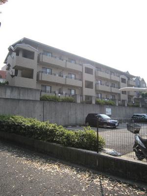 東急田園都市線「藤が丘」駅より徒歩10分!鉄筋コンクリートの3階建てマンションです♪周辺には公園が多いので小さいお子様のいるファミリーさんにおすすめです♪