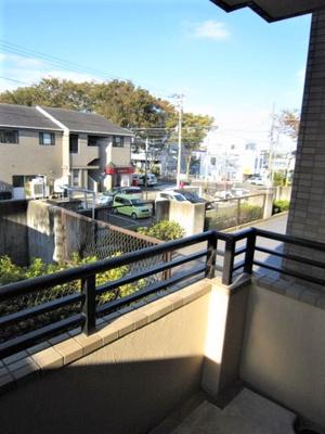 5.5帖のお部屋から繋がるバルコニーからの眺望です♪目の前は駐車場になっていて視界を遮る建物がありません☆