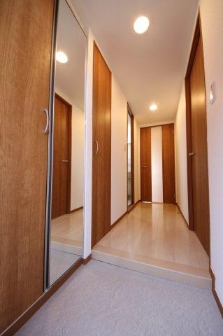 玄関には大容量のシューズ収納あり。限られたスペースを賢く使えます