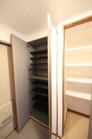靴をたくさん収納できる棚と、高さのあるものもしまえるフリー棚とあるので、玄関回りのものをとにかくスッキリ収納できます