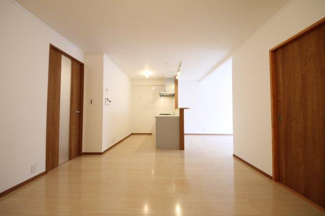 フルリフォーム済! 66平米のお部屋をゆったりした2LDKに間取り変更。壁・床に明るい色をチョイスしてナチュラルな空間に仕上がりました。どんなインテリアも映えるお部屋です