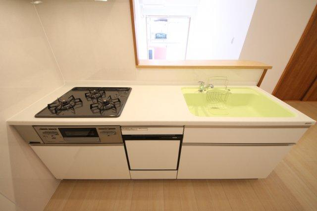 新品システムキッチンは食洗機つきで家事時間を毎日短縮。 人造大理石のキッチントップは汚れをサッと拭きとれて、いつもキレイをキープ