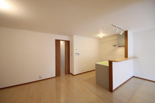 開放的なカウンターキッチンは背後のスペースもたっぷりめ。冷蔵庫やキッチン家電用の棚もゆったりおけます