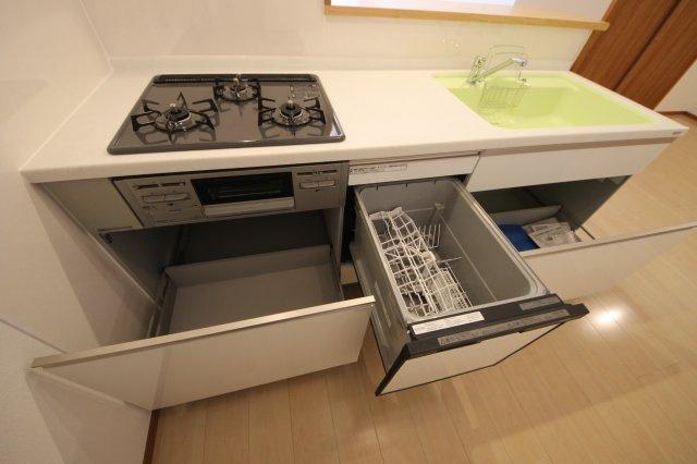 キッチンは引き出し式収納で、容量もたっぷり いつも使うお鍋やフライパン、調味料などをサッと取り出せます