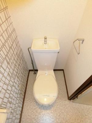 人気のバストイレ別です♪壁紙はオシャレなデザインクロス☆横にはタオルを掛けられるハンガーもあります♪