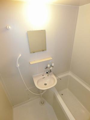 バスルームは洗面台付きの2点ユニットです♪お風呂に浸かって一日の疲れもすっきりリフレッシュ☆